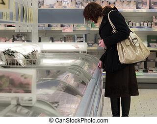 Kunde, frau, shoppen, Lebensmittel, Supermarkt, Wählen