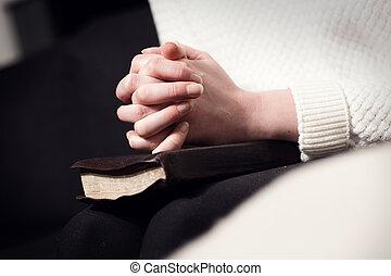 orando, mulher, dobrando, mãos, sobre, bíblia