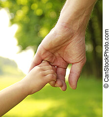 genitore, prese, mano, piccolo, bambino