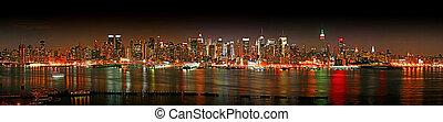 Manhattan panaroma skyline at Christmas Eve - The panorama...