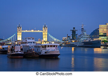 Tower bridge and HMS Belfast, Londo - Tower bridge and HMS...
