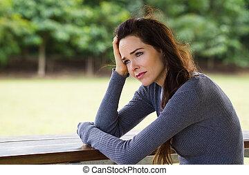 triste, deprimido, mulher, sentando, Ao ar livre