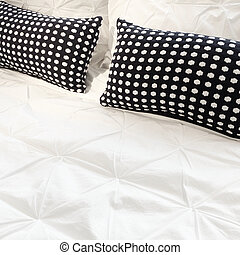 White bed linen with black cushions - Bed with white bed...