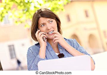 preocupado, mujer, computador portatil, parque