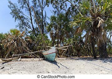 Pirogue of Madagascar - Traditional pirogue of Madagascar