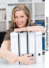 Fichiers, confiant, heureux, Étreindre, femme affaires