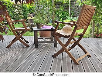 d?tente en terrasse - chaises et table sur terrasse en bois