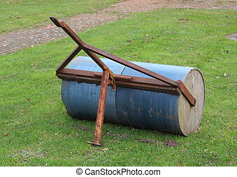 Heavy gardening lawn roller with rusty pull