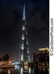 View on Burj Khalifa, Dubai, UAE, at night - DUBAI, UAE -...