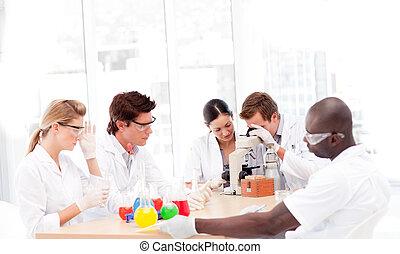 científicos, trabajando, laboratorio