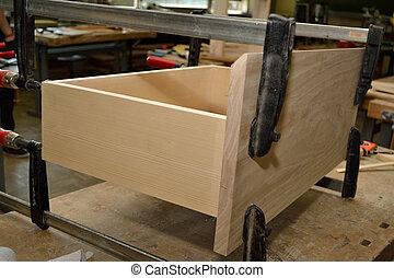 angefertigte Holzlade - Holzlade mit Schraubzwingen