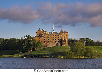 Linthithgow Palace - Beautifully situated by a small loch,...