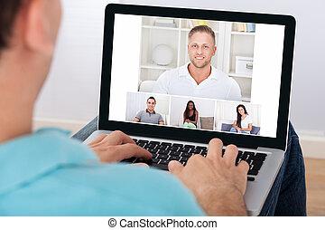 hombre, teniendo, vídeo, conferencia, con, amigos