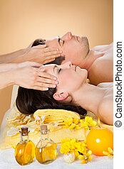 relajado, pareja, recibiendo, cabeza, masaje, en, balneario