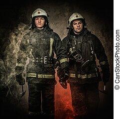 dos, bomberos, casco, hacha, Humo