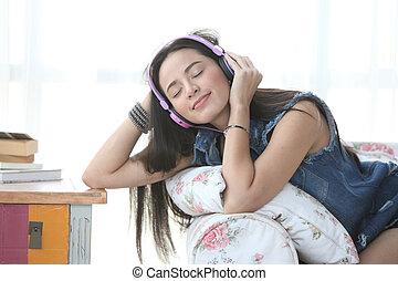 joven, mujer, relajante, sillón, hogar, Escuchar, Música