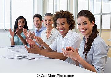 empresa / negocio, gente, Aplaudir, sonriente, cámara