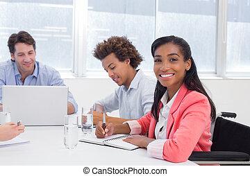 atraente, executiva, sorrindo, local trabalho