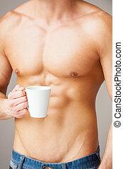 perfecto, posición, primer plano, tenencia, taza, joven,  muscular, gris, mientras, café, contra, Plano de fondo, tiempo,  Torso, hombre