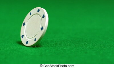 White chip spinning on casino tabl - White chip spinning on...
