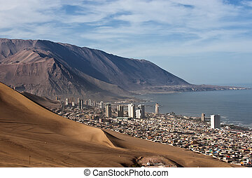 Iquique behind a huge dune, northern Chile, Tarapac�¡...