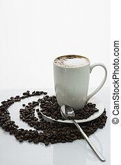 Kaffee auf Kaffeebohnen - Becher Kaffee mit Milchschaum auf...
