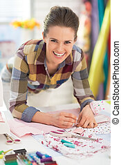 retrato, feliz, costurera, trabajando, estudio