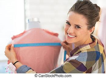 feliz, costurera, medición, prenda, maniquí