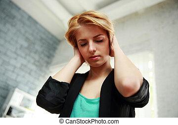 retrato, Pensativo, mujer, tocado, ella, cabeza, cerrado,...