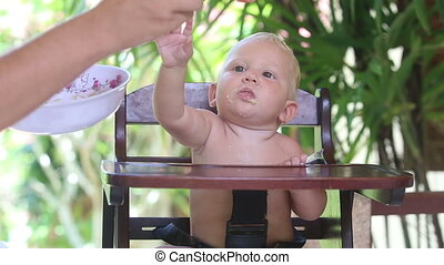 baby tray to take spoon from father hand