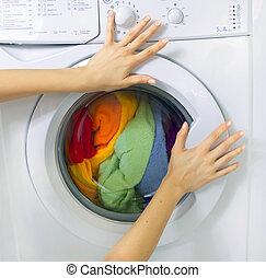 mulher, carregando, roupas, lavando, máquina