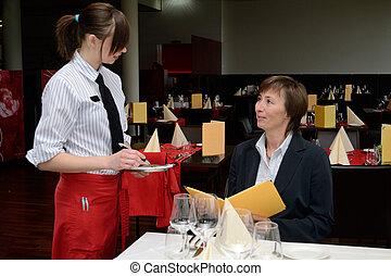 Kellnerin nimmt Bestellung auf - Restaurantfachfrau nimmt am...