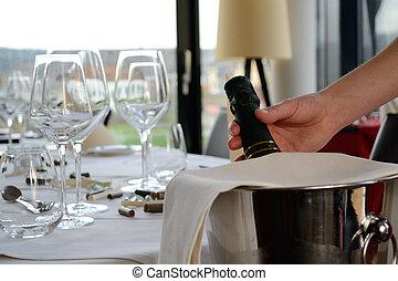 Sektflasche in Sektkuehler - Person nimmt Sektflasche aus...
