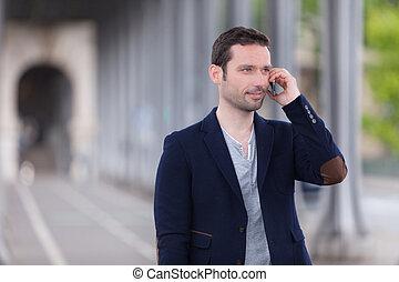 joven, atractivo, hombre, Utilizar, smartphone, parís