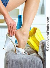 femme, essayage, élevé, talon, chaussures