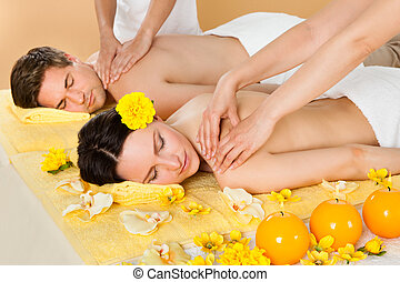 pareja, recibiendo, hombro, masaje, en, balneario