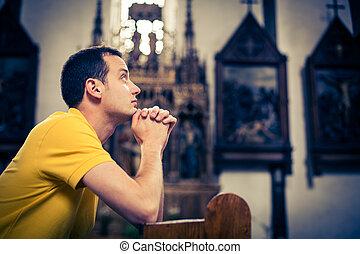 rezando, iglesia, joven, hombre, guapo