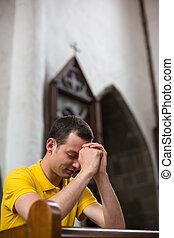 guapo, joven, hombre, rezando, iglesia