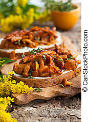Chanterelle sandwiches with cheese,bacon and thyme