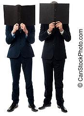 Homens negócios, escondendo, seu, caras, pasta
