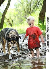 jovem, criança, cão, tocando, lamacento, Rio