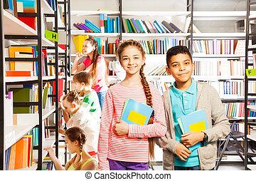 niño, sonriente, Libros, niña, biblioteca
