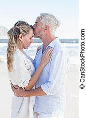 homem, beijando, seu, sócio, testa, praia