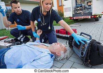 Paramédicos, verificar, pulso, inconsciente, hombre