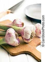 fresh garlic on cutting bard - the fresh garlic on cutting...