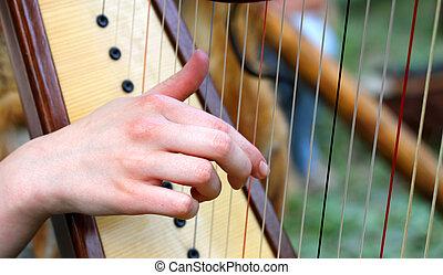 mano, mientras, punteo, cuerdas, arpa