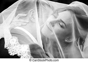 Retrato, Noivo, beijando, Noiva, sob, branca, véu
