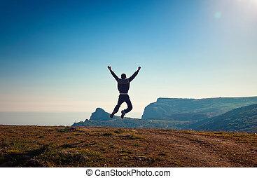 joven, hombre, Saltar, de, acantilado, el suyo, brazos,...