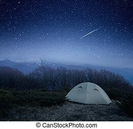 acampamento, noturna, montanhas
