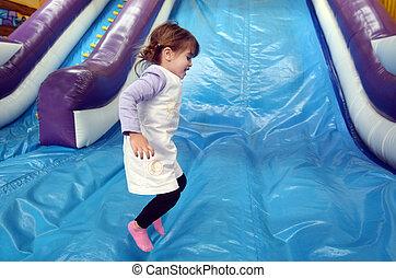 poco, niña, juegos, inflable, gigante, diapositiva